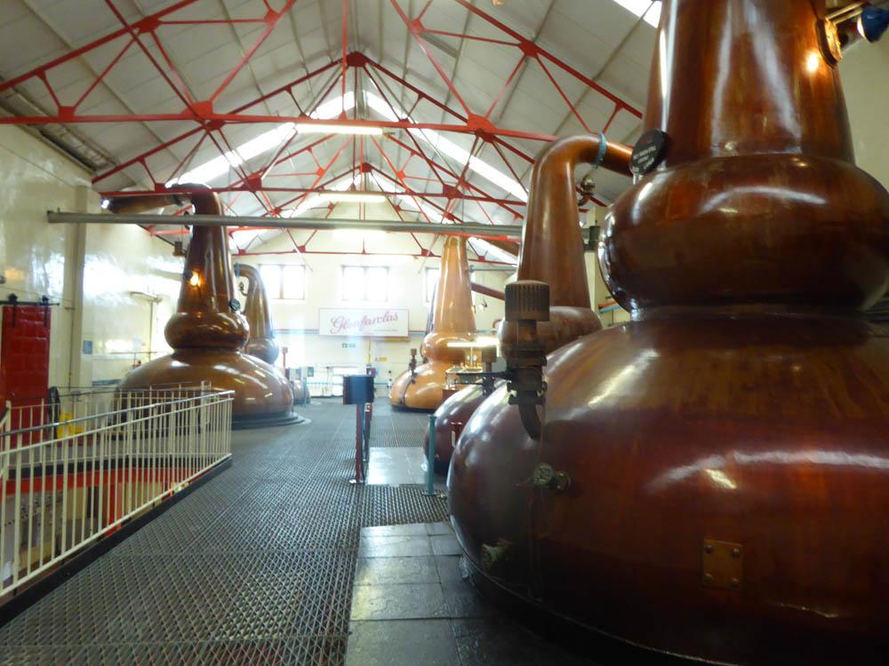 Salle des alambiques de la distillerie Glenfarclas