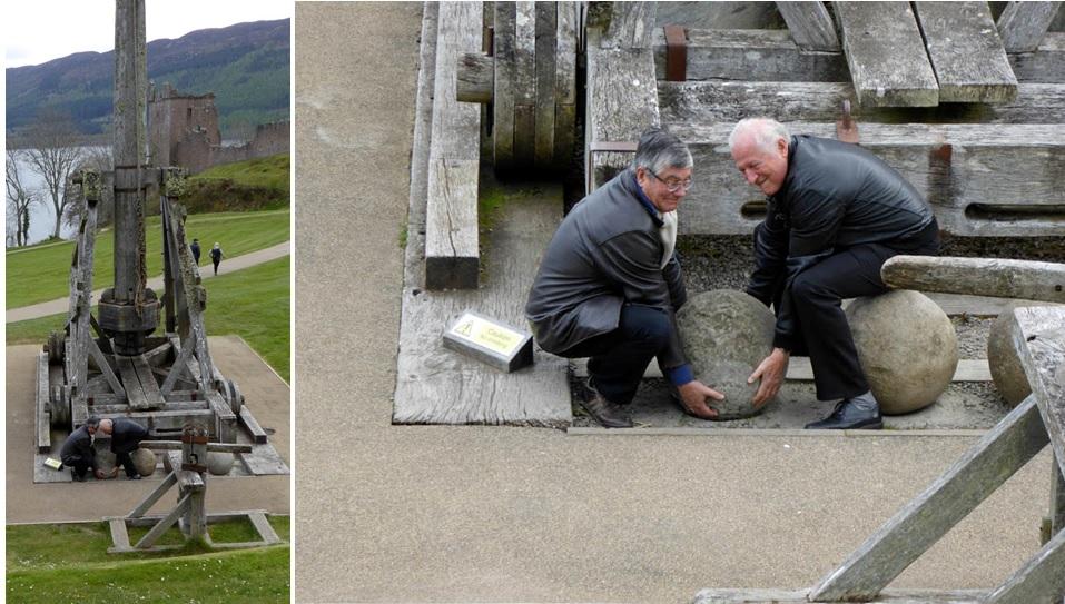 Les pitreries de Joël et Christian devant la catapulte du Château Urquhart